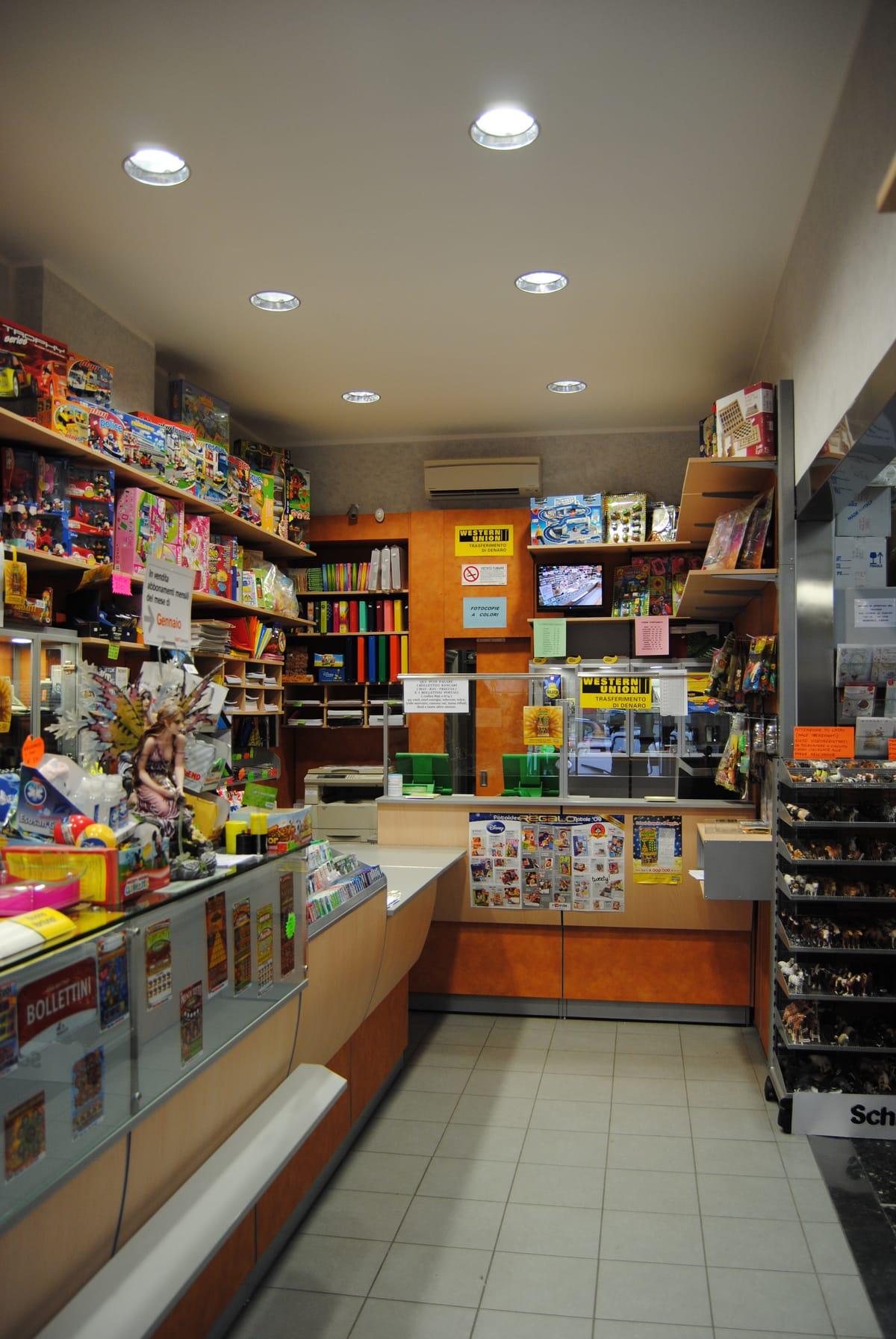 Arredamento tabaccheria genova surgea for Arredamento negozi genova